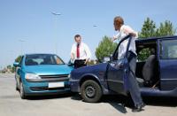 Frontaler Auto-Crash mit 2 streitenden Personen