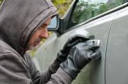 Einbrecher hantiert an Autoschloss