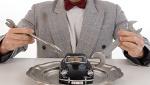 Mann hält Werkzeuge über Modellauto